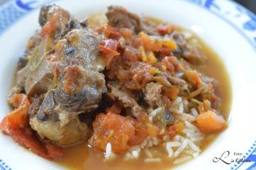 Oksehalesuppe serveres med ris