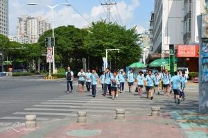 Ungdomskole elever i sin skoleuniform.