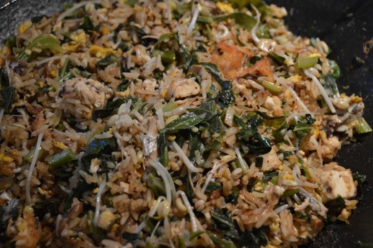 Stekt ris med bønnespirer, sadiner, egg og grønnsaker