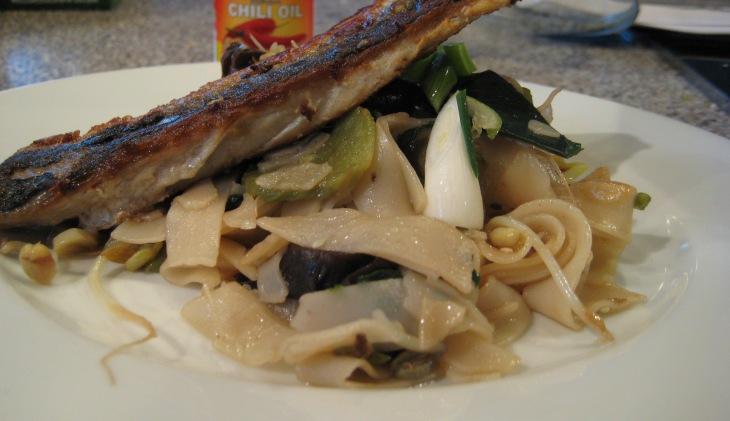 Risspaghetti med bønnespirer, purreløk og makrell